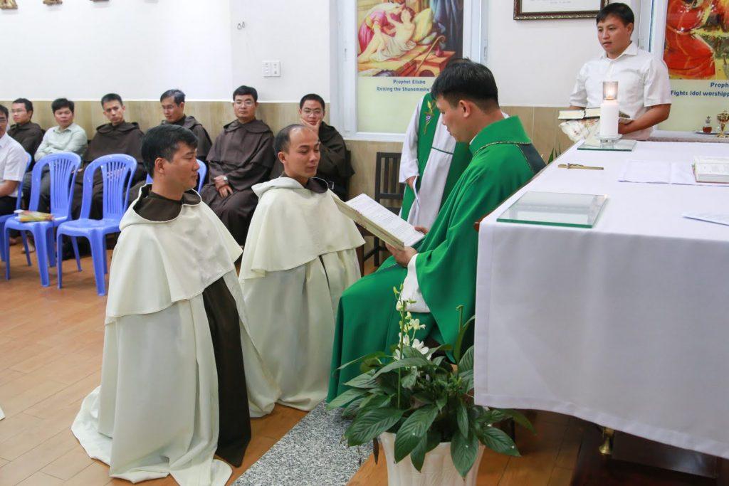 Cha Giuse Tr���n Th��ng H��ng O.Carm trao th���a t��c v��� �����c S��ch cho 2 th���y Gioan Nguy���n  Vi���t v�� Giuse B��i Xu��n Long.